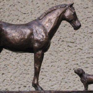 Paard met twee hondjes, ca 45 cm hoog