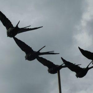 Vijf vliegende boerenzwaluwen, brons, totale breedte 100 cm