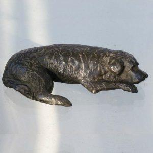 liggende hond, brons Yvonne Piller