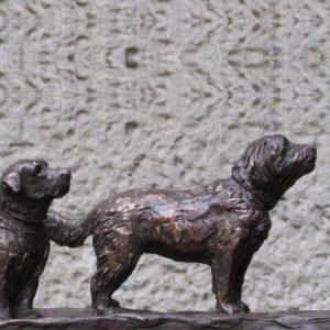 twee hondjes, brons Yvonne Piller